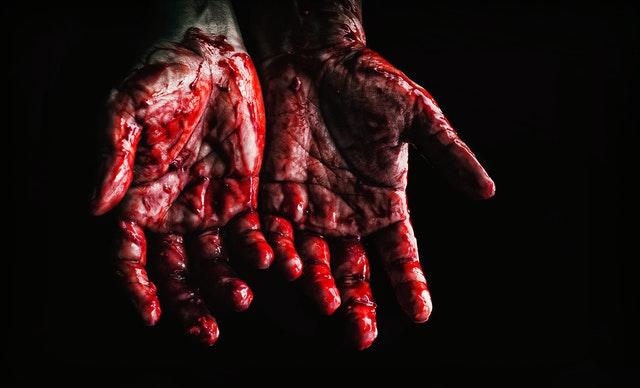 kobieta cierpiąca na upływ krwi